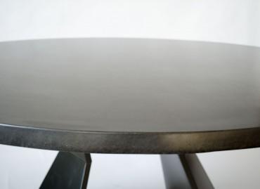 Монолитный стол из бетона